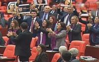 Mecliste kadın vekillerden danslı protesto