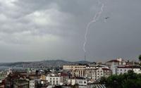 Yağmur ve dolu İstanbul'u vurdu