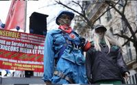Fransa'da protestolar bitmiyor! Şimdide Mavi Tulumlular çıktı