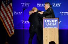 Trump'ı apar topar sahneden indirdiler