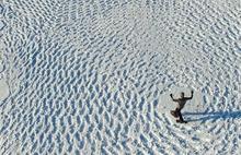 Kar üstünde ayaklarıyla harikalar yaratıyor