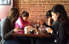 Yemekte telefona bakmayana ödül