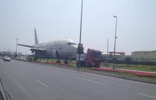 Yolda uçak görenler şaşkına döndü