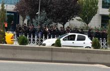Ankara Büyükşehir Belediyesi'nin önünde polis yığınağı