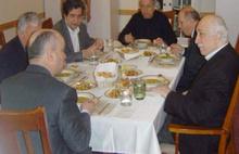 Ahmet Hakan Fehmi Koru'yu  Gülen'li fotoğrafla vurdu