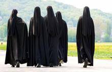 İki rahibe çaldıkları parayla kumara gitti