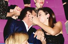 Kıvanç Tatlıtuğ'a öpücüklü kutlama
