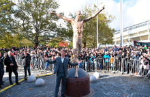 Zlatan Ibrahimovic'in  Stadiontorget Meydanı'nda bulunan heykelini meşale ile ateşe verdiler