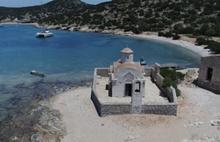 Türk Adası Limoniye'de Yunan bayrağı...