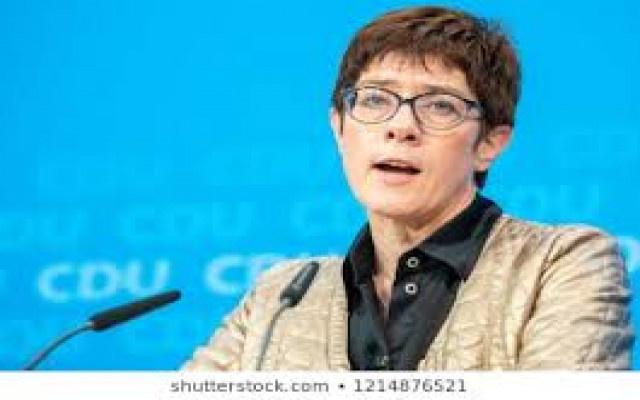 Merkel'in halefi telefonunu sildirecek
