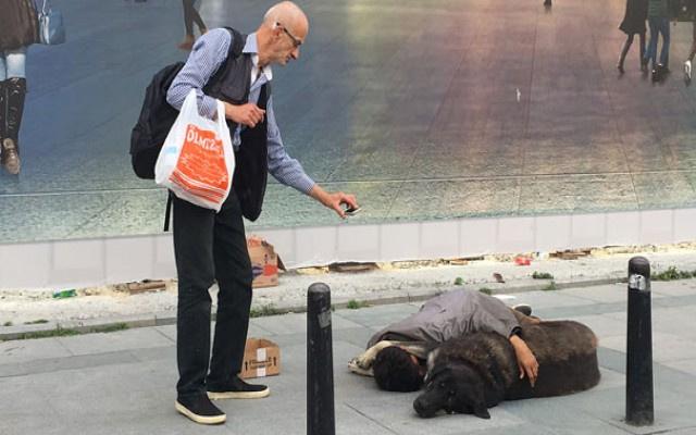 Taksim'n göbeğinde yürek yakan fotoğraf