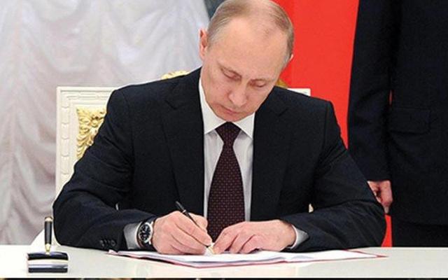 Rusya Devlet Başkanı Vladimir Putin,  teknolojik cihazlarda yerli yazılım şartı yasasını imzaladı