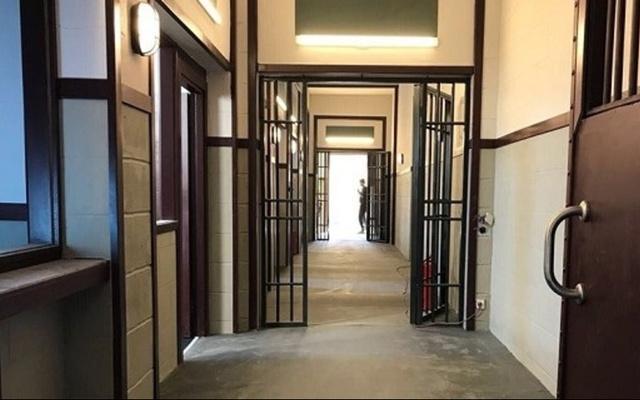 Cezaevindeki babasını ziyarete gelen 8 yaşındaki kız çocuğunu çırılçıplak aradılar