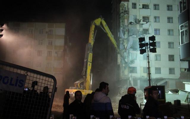 Kartal'da riskli binanın yıkımına tekrar başlandı