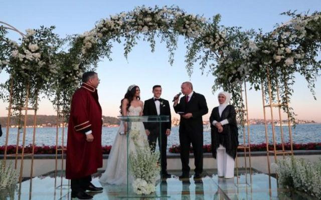 Amine Gülşe ve Mesut Özil evledi