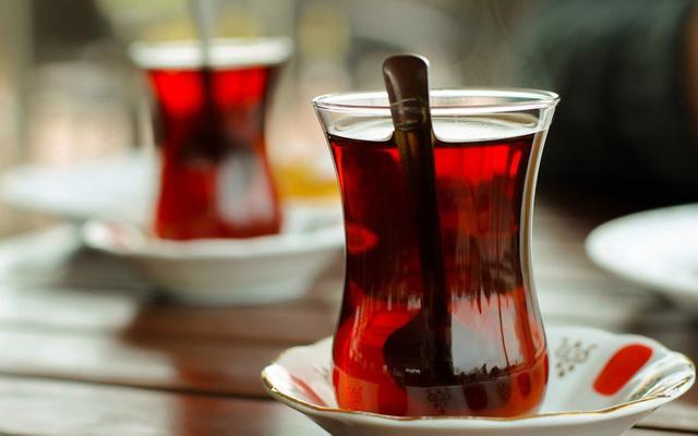 Çaydaki boya hilesine soğuk suyla tespit:  Boyar madde varsa su kırmızı oluyor